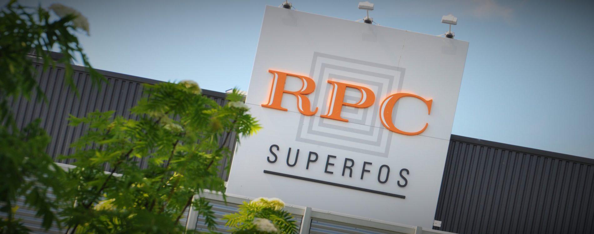 RPC Superfos stor logga över entrén