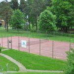 Tennisbanorna mellan Skrapan och Kv Sarurnus bokas via bokningstavlan.