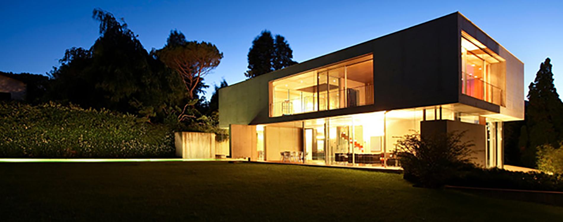 Modernt funkishus i skandinavisk minimalistisk stil. Fotad på kvällstid och fint ljussatt