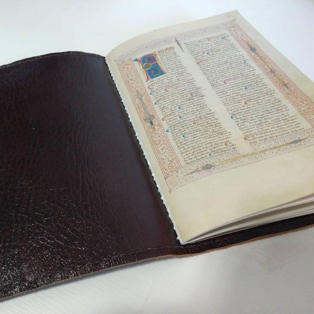 Encadernar de forma clássica livros históricos.