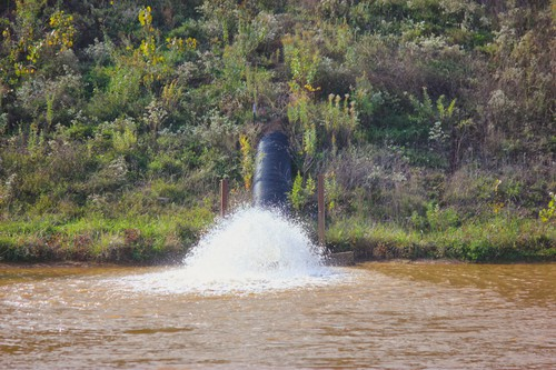 Wastewater_pours_from_frac_sand_mine.JPG