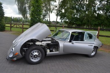 another-superb-picture-of-a-jaguar-e-type-from-1982