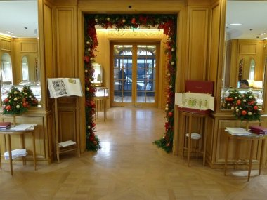 the-charm-of-the-xmas-atmosphere-of-the-cartier-boutique-rue-de-la-paix