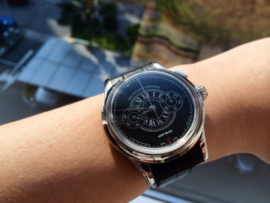love-to-see-the-black-enamel-dial-under-sunlight