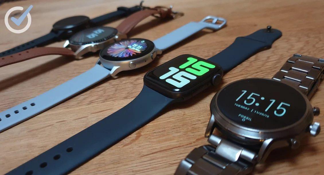 Die Smartwatches aus dem Test nebeneinander