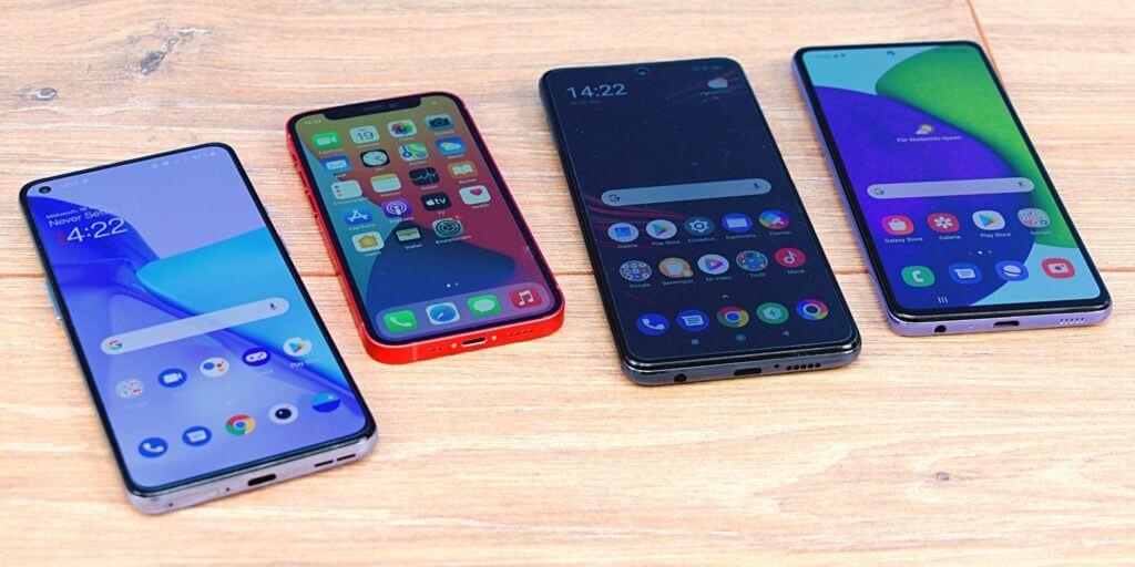 Wir haben insgesamt vier Smartphones getestet. Das Galaxy A52 und das Poco X3 sind die ersten beiden von rechts.