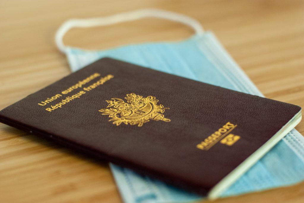 Un passeport et un masque chirurgical