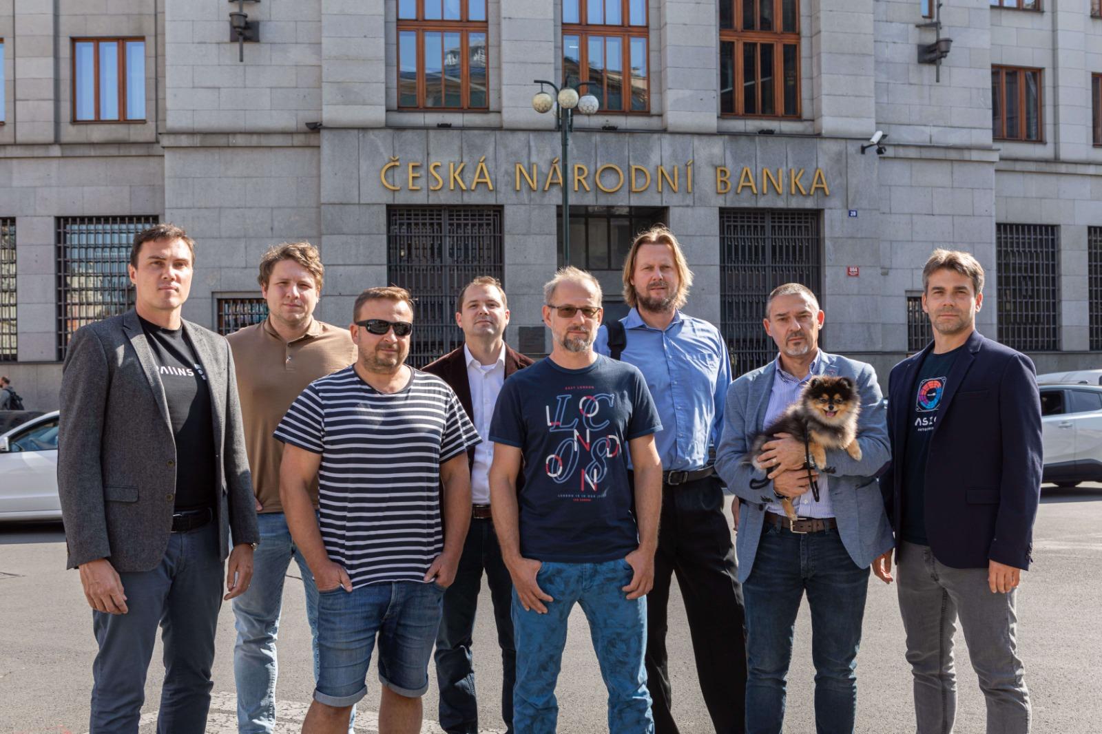 Čeští kryptoměnoví podnikatelé spojují síly na obranu svého oboru