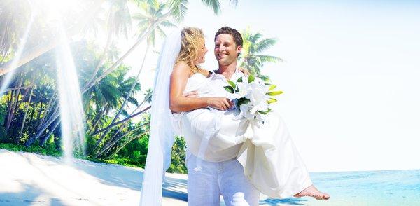 Por que o noivo carrega a noiva no colo?