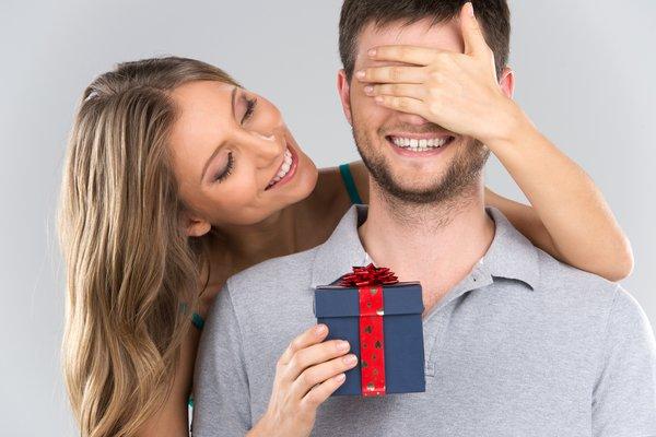 Noivado: 5 ideias de presentes para retribuir o pedido de casamento