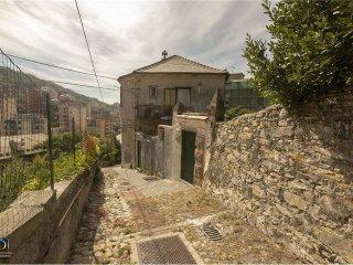 Foto 1 di Quadrilocale salita Chiapparolo, 18, Genova (zona S.Fruttuoso-Borgoratti-S.Martino)