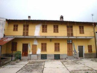 Foto 1 di Rustico / Casale via della Parrocchia 13, frazione Castel San Pietro, Camino