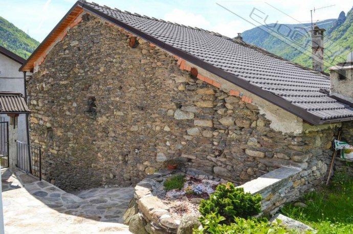 Foto 3 di Rustico / Casale Frazione Castel del Bosco 118, Roure