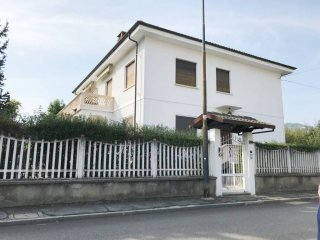 Foto 1 di Villa via Carlo Cattaneo, Pinerolo