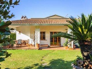 Foto 1 di Villa via 20 Settembre, frazione Cinquale, Montignoso