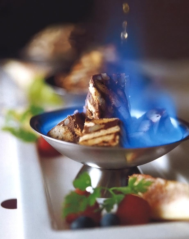 燃えるデザート「炎のアイスケーキ」
