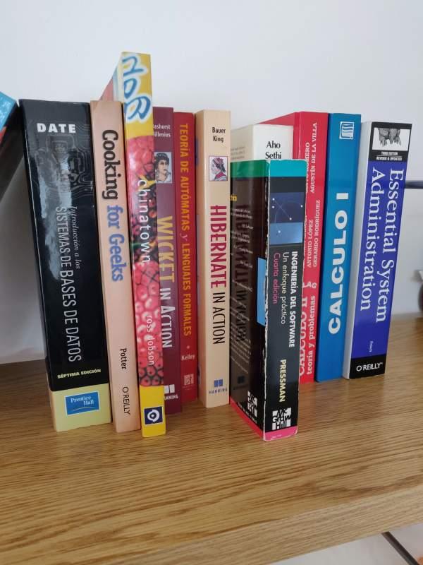 Un conjunto de libros de diferentes formas y colores