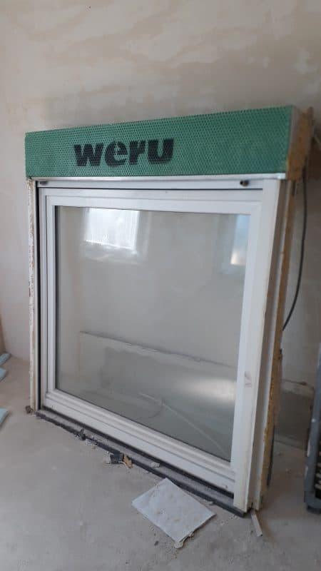 2 Fenster 2 verglast mit Rolladen