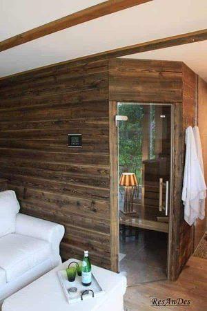 Altholz beim Bau einer Sauna