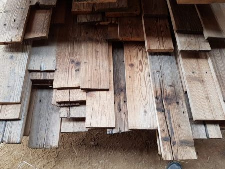 Verschiedene Varianten von alten Holzbalken