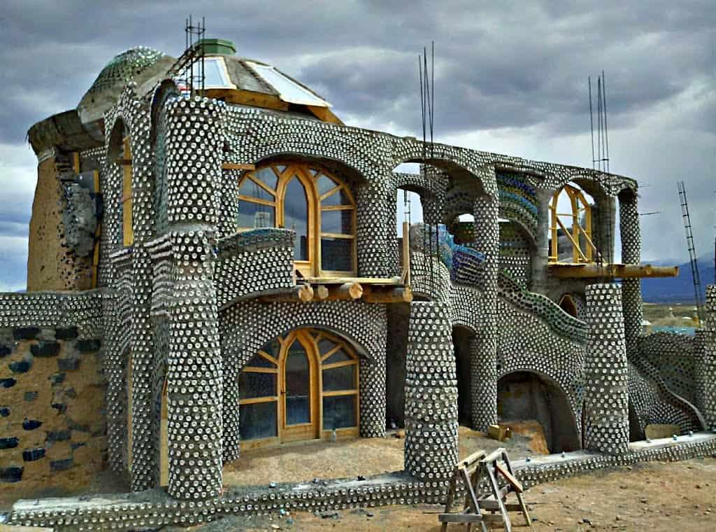 Earthships Architektur - autarke Häuser aus Recyclingmaterial z.B. Bierdosen