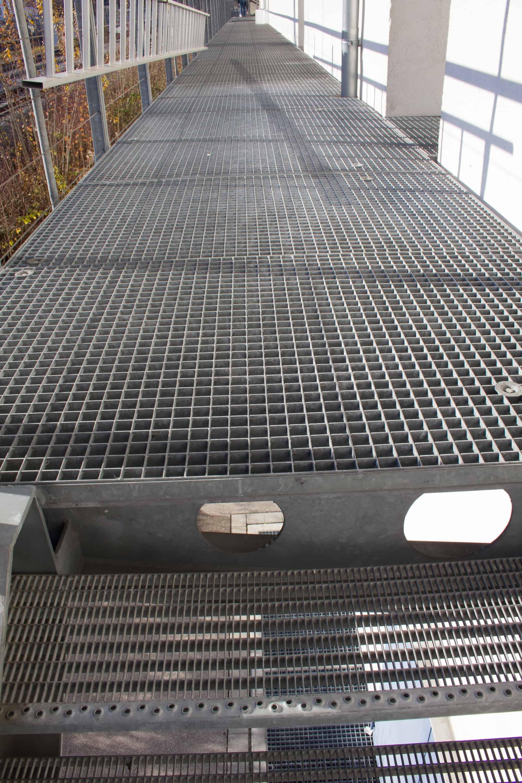 Gitterroststeg mit Geländer
