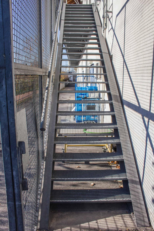 Eingestemmte Außentreppe mit Handlauf