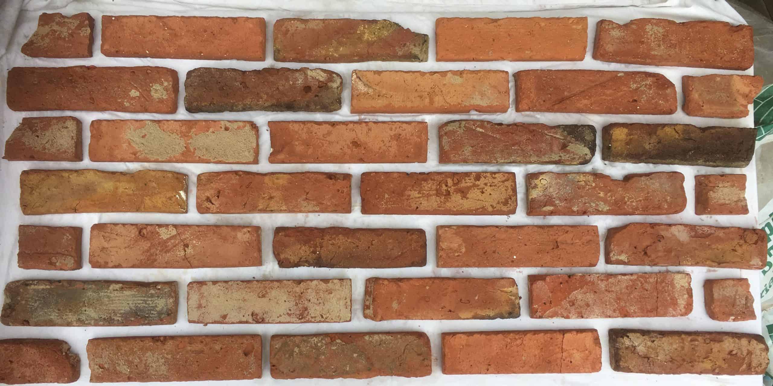 Rote Ziegelriemchen,  Backsteine, Klinker, Mauerziegel mit Kohlebrand