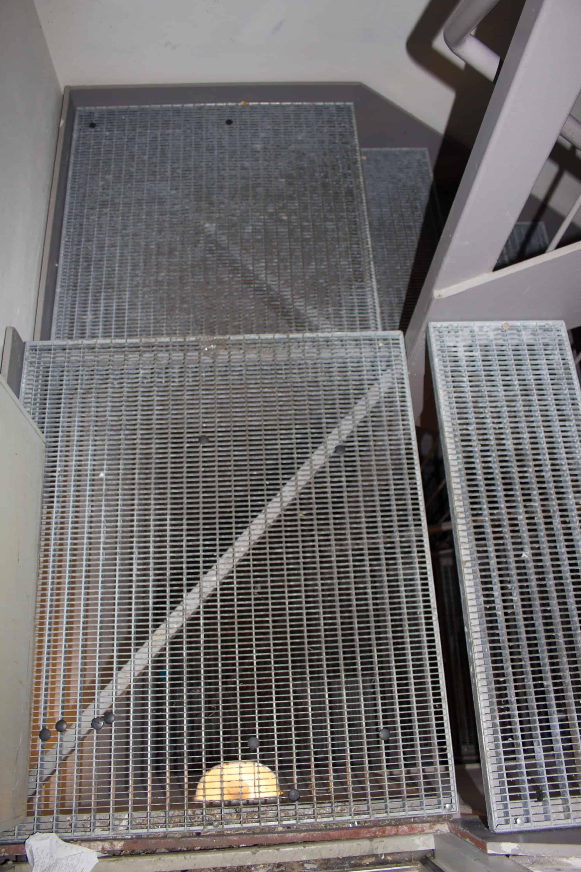 Gitterrosttreppe mit Geländer und Handlauf
