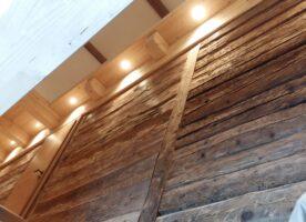Sonnenverbrannte Bretter aus Altholz