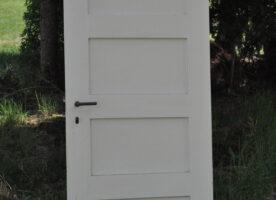 Zimmertür aus einer Räucherkammer mit Metallbeschlag