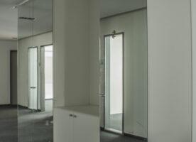 """Schrankwand """"weiß"""" mit Spiegelelementen"""
