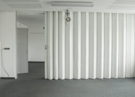 Falttrennwand, weiße Holztrennwand