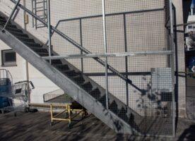 Eingestemmte Außentreppe mit Handlauf (ohne Stufen)