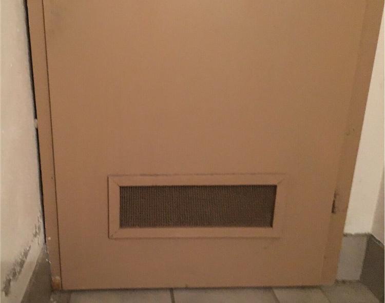 Tür Holz massiv stabil beige mit Lüftungsgitter Schreinerarbeit Anschlag rechts