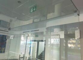 Glascube Eingangsbereich