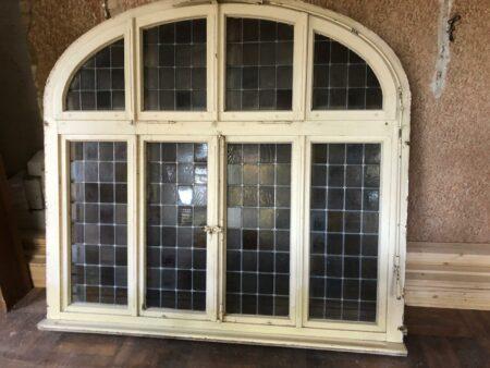Altes antikes Bogenfenster mit Bleiverglasung