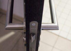 Badezimmertür schwarz mit Lüftungsschlitzen DIN L