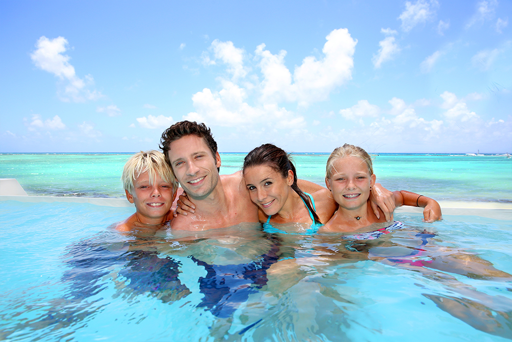 Familie nyter varme dager i havet!