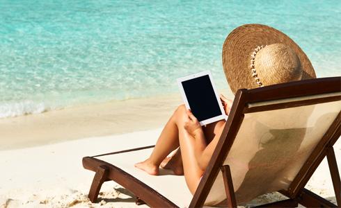 Dame med ipad - strand - Aruba