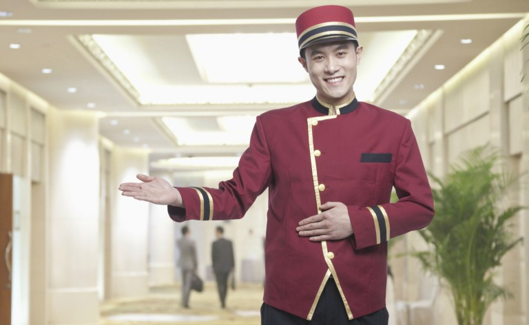 Hotel bell boy i uniform