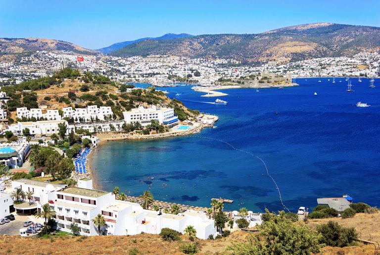 Strandstipen og havnen i Bodrum i Tyrkia. Blått hav og