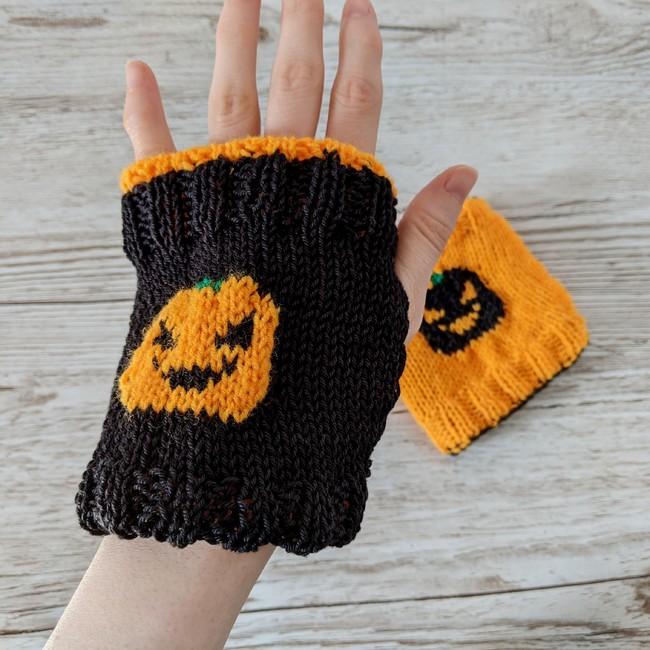 Reversible pumpkin finger-less mittens