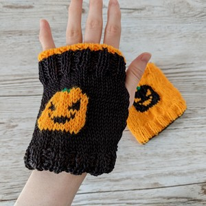 Reversible pumpkin finger-less mittens
