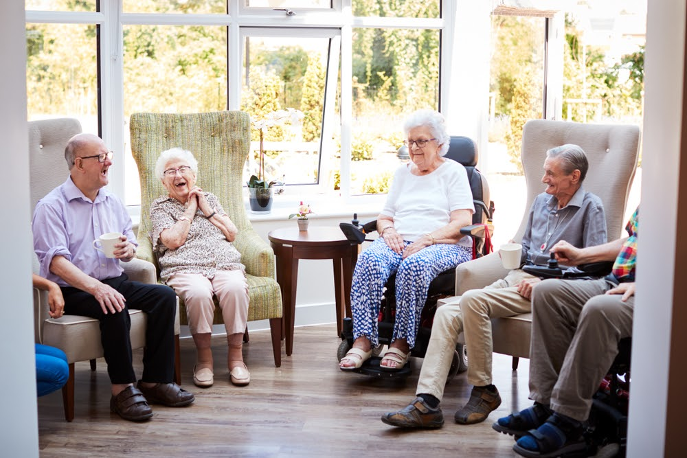 Memory care residents chatting with each other | Rising Star Florida