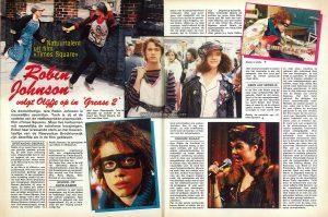Article from Joepie No. 365, 15 March 1981, pp. 36-37 Text (Dutch): Natuurtalent uit film «Times Square» Robin Johnson volgt Olyfje op in 'Grease 2' De donkerharige, tere Robin Johnson is nauwelijks zeventien. Toch is zij al de vedette van de veelbesproken popmuziek-film «Times Square». Maar live herkennen wij nauwelijks de schelmse kwajongen. Enkel haar krassende stem en het boeventaaltje van de Newyorkse Brooklynwijk zijn dezelfde als in de film gebleven. OPSTANDIG GEDRAG Robin zit er naast haar ma als een piekfijn geklede prinses bij. Ze stelt onze verbazing vast. «Gewoonlijk ben ik niet zo opgetut als nu», verontschuldigt zij zich, «maar zoals in de film loop ik nu ook weer niet rond». In de film is zij «Nicky», een punkmeisje, met wat men een «anti-sociaal gedrag» pleegt te noemen. In een psychiatrische instelling maakt zij kennis met Pam (Trini Alvarado), een onbegrepen rijkeluiskind. Samen besluiten zij weg te lopen. Zij stelen een ziekenwagen en verstoppen zich in een vervallen warenhuis in de buurt van Times Scjuare. Een lokale deejay trekt zich hun lot aan en onder de naam «The Sleazy Sisters» maken zij met hun anti-maatschappij songs furore. Zij worden radio- en teeveesterren, organiseren zelfs een middernachtelijk rockkonsert op Times Square, maar de politie en Pams vader wachten hen daar op... Een leuke film, wat in de stijl van «Breaking Glass» en «Quadrophenia», maar dan op zijn Amerikaans en met prachtige muziek van The Pretenders, Roxy Music, Gary Numan en Joe Jackson. SCHOOL OP HOTELKAMER Robin Johnson is een leuke jongedame, erg bij de pinken en schijnbaar nog niet door het sukses aangetast. Haar houding en gebaren zijn niet ingestudeerd. Zij zit er helemaal als een 17-jarig schoolmeisje bij. Enkel het kostschooluniform ontbreekt. «Het was overigens niet makkelijk mij op school voor de film en promo-tietoernee vrij te krijgen», vertelt Robin. «Mijn pa, nu mijn manager, heeft keihard bij de direkteur moeten pleiten. Hij liet mij alleen gaan op voor
