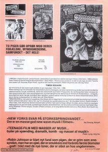 Back of a two-sided sheet advertising promotional materials for TIMES SQUARE. Text: Annonce-kliché nr. 1 Tekst-kliché nr. 2 Annonce-kliché nr. 2 TO PIGER GØR OPRØR MOD DERES FORÆLDRE, MYNDIGHEDERNE, SAMFUNDET - DET HELE! FILMENS LÆNGDE: 3025 meter CENSUR-FARVE: RØD WIDESCREEN TRAILER: 35 m/RØD UDLEJNING: Udlejning: A/S Nordisk Film Udlejning 2 sp. annonce-kliché nr. 5 I 1955 blev »ungdomsoprør« personificeret i James Dean's portræt afen rebelsk teenager i filmen »Vildt blod«. I 1969 skildrede Peter Fonda og Dennis Hopper 60-ungdommen i »Easy Rider«. 70'erne producerede en ny helt for de unge, da John Travolta blev berømt på »Saturday Night Fever«, og det er den samme producent, Robert Stigwood, der står bag filmen TIMES SQUARE der til tonerne af new wave-musik skildrer et par unge piger i New York i 1980. Robin Johnson og Trini Alvarado har hovedrollerne som to teenagere, der løber hjemmefra og vender sig mod det bestående samfund ved bl.a. at gå i outreret tøj, dyrke new wave-musik og smadre TV-apparater. En nat-discjockey fatter interesse for dem og opmuntrer dem i sine radioprogrammer, og inden længe har der dannet sig en hel kult af »Klude-dukker« - et begreb, de to piger har skabt. Det går naturligvis ikke i længden, og de to sætteret festligt punktum for deres virksomhed ved at afholde en ulovlig midnatskoncert for deres fans på Times Square. TIMES SQUARE er instrueret af canadieren Alan Moyle, der er meget kendt i sit hjemland som både skuespiller og instruktør. Robin Johnson debuterer i denne film, og Trini Alvarado har optrådt siden hun var 7. Sin filmdebut fik hun i Robert Altman's »Rich Kids«. Alan Moyle har skrevet manuskriptet sammen med Leanne Unger. (Moyle fik ideen, da han fandt en ung piges dagbog gemt i en gammel sofa), og drejebogen skyldes Jacob Brackman, der har produceret filmen sammen med Robert Stigwood. Musikken i filmen synges, foruden af Robin Johnson, af en lang række kendte navne, bl.a. Roxy Music, Susi Quatro og Lou Reed. »NEW YORKS SVA