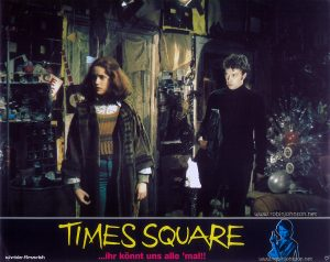 Trini Alvarado as Pamela Pearl and Tim Curry as Johnny LaGuardia Text at bottom: schröder-filmverleih TIMES SQUARE ...ihr könnt uns alle 'mal!! FSK FREIGEGEBEN