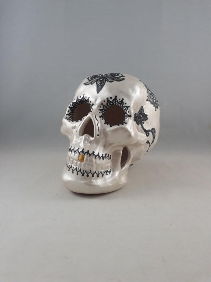 Crânio vazado de cerâmica  com técnica decoupage