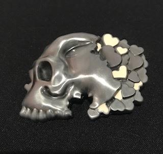 Fivela em metal para cinto unissex - Caveira com corações